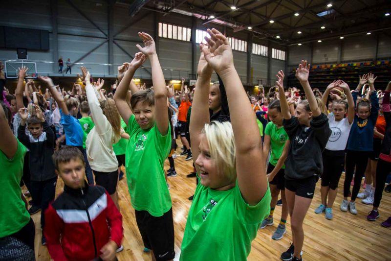 Pusotrs tūkstotis bērnu vingro Olimpiskajā dienā