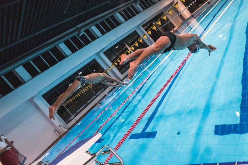 Nakts peldējumā centīsies uzstādīt stafetes peldējuma rekordu